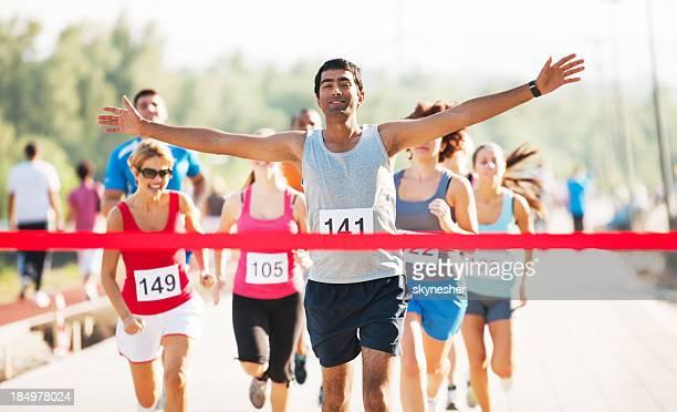 Grupo de corredores acabado el campo a la raza.