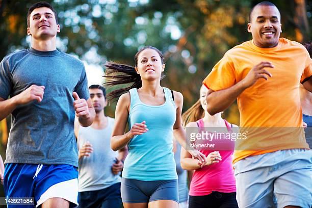 Grupo de corredores en un país de raza cruzada