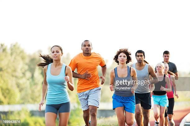 Grupo de corredores en cruz país raza.