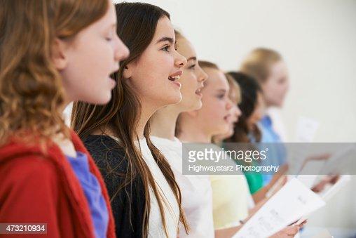 Gruppe von Schulkindern In Chor singen gemeinsam : Stock-Foto