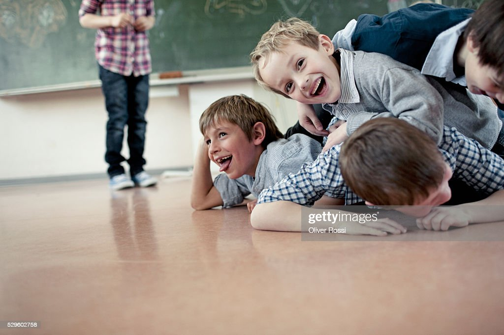 Group of schoolchildren (6-7) playing in classroom : Foto stock