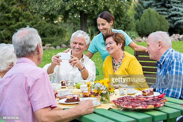 Grupo de senior Adulto comemorar aniversário com bolo de aniversário