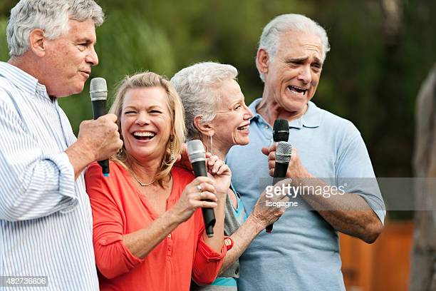 Grupo de senior amigos teniendo una fiesta