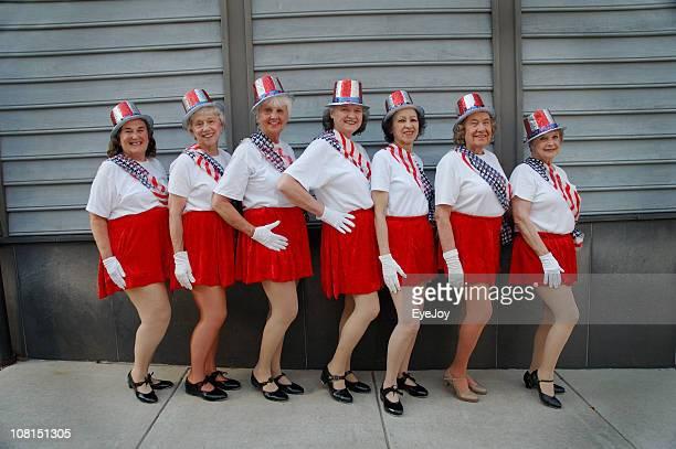 Groupe de femmes seniors pression Dancers Poser pour une photo