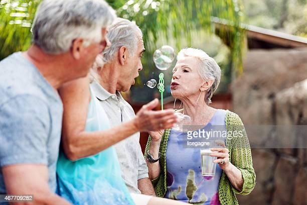 Gruppe von Senioren tun bublbles im Whirlpool