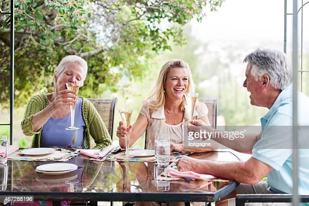 Grupo de seniores tendo uma festa de Rua