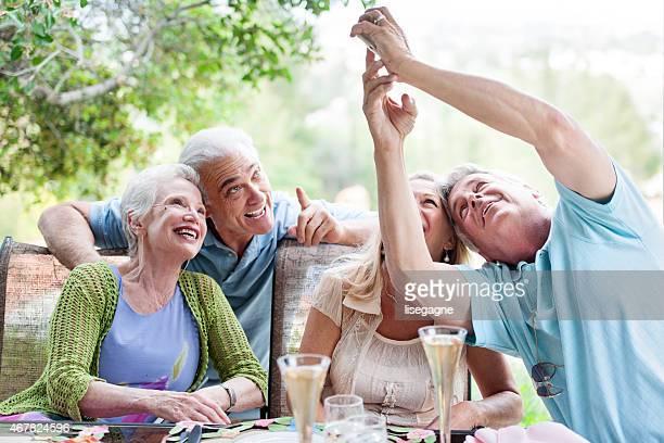 Gruppe von Senioren, die eine party, Schülern im Freien