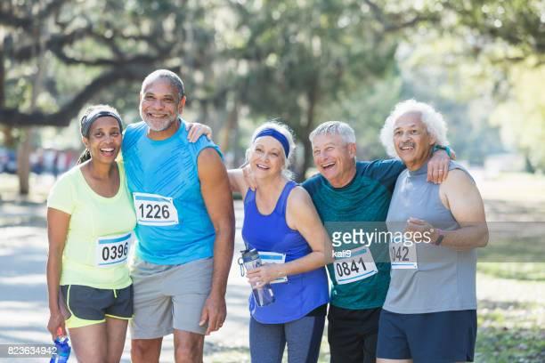 Grupo de ancianos sonrientes en el final de carrera