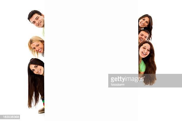 Groupe de six jeunes regarder derrière la bannière vierge signe