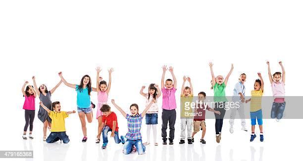 Groupe de petits enfants heureux s'amuser. Isolé sur blanc.