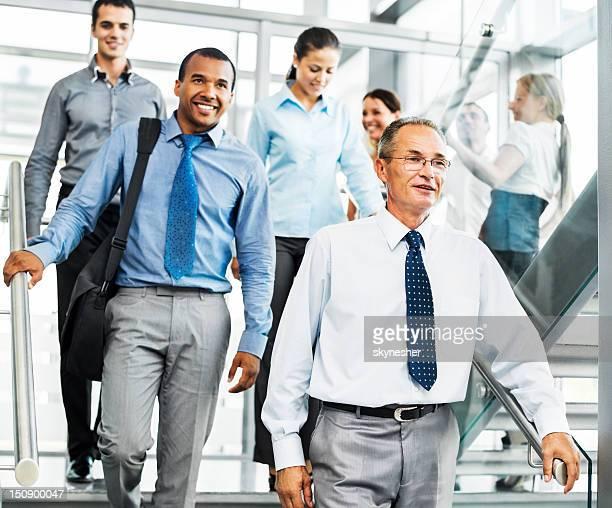 Gruppo di uomini d'affari sorridente sulla scala