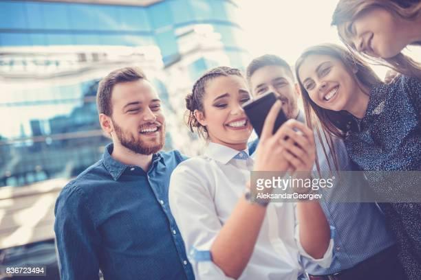 Freundeskreis lächelnd Surfen im Netz in der Stadt