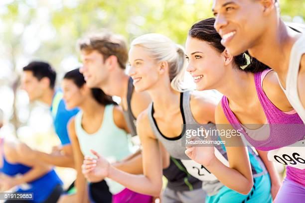 Gruppe von lächelnden Marathon-Läufer auf der Startlinie