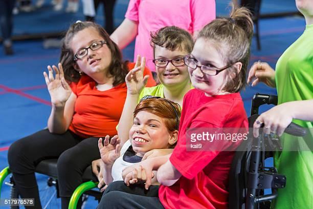 Grupo de necesidades especiales de las niñas en una clase de ejercicio en el gimnasio
