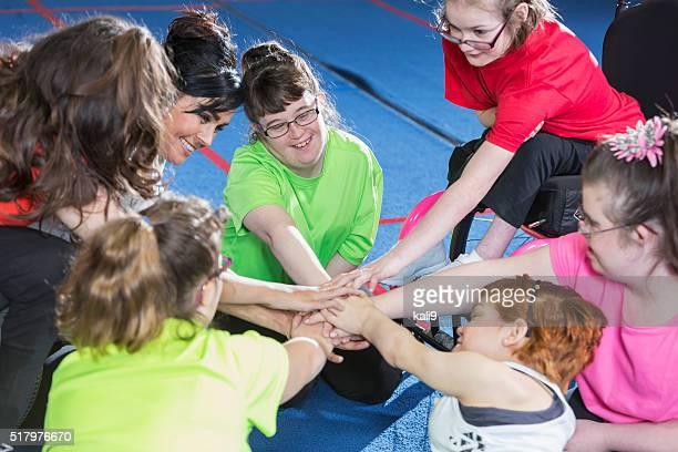 Grupo de necesidades especiales de las niñas muestra del espíritu de equipo