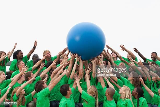 Gruppe von Zuschauern übergeben-ball