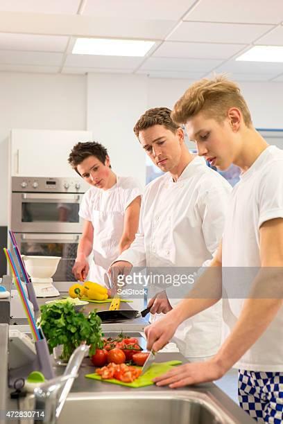 Gruppe von Studenten Lernen mit Trainer Köche
