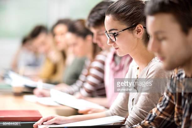 Grupo de alunos em sala de aula.