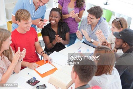 Groupe d'étudiants, donnant des applaudissements.