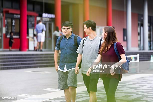 のグループの学生は、大学のキャンパスの楽しむ