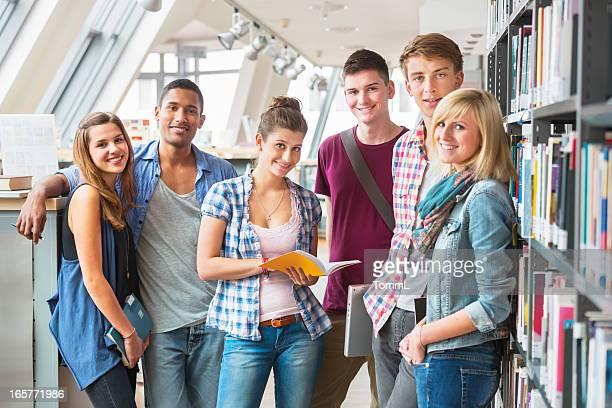 Gruppe von Studenten in der Bibliothek