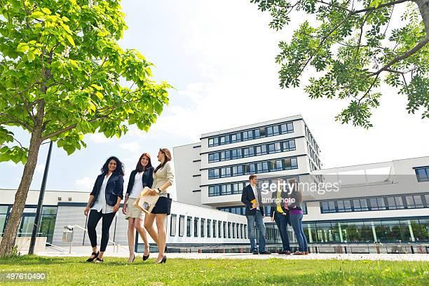 Gruppe von Studenten auf dem campus