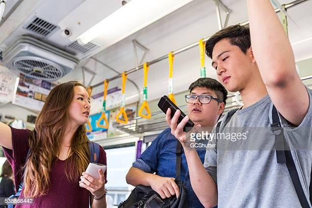 Eine Gruppe von Studenten, die mit öffentlichen Verkehrsmitteln in Ihrer college.