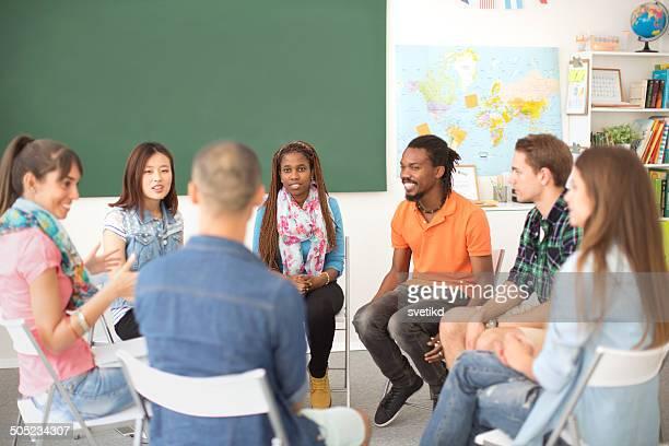 Gruppe von Studenten sitzen in einem Kreis.