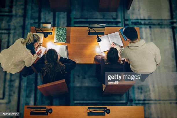 勉強する学生グループのライブラリー