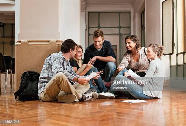 Grupo de estudantes a Estudar