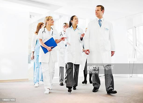 Gruppo di medici di successo parlando.