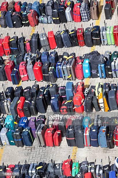 Gruppe von Koffern Gepäck in Reihen