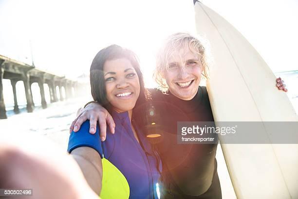Eine Gruppe von Surfer machen Sie ein Selfie am Strand