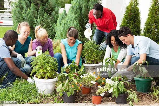 Grupo de adolescente amigos jardinería.