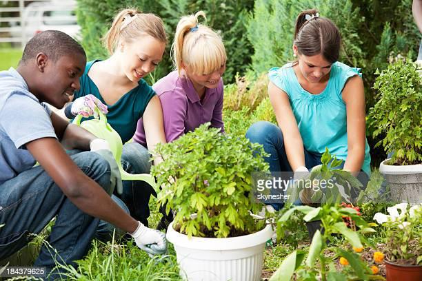 Gruppe von teenage friends Garten.