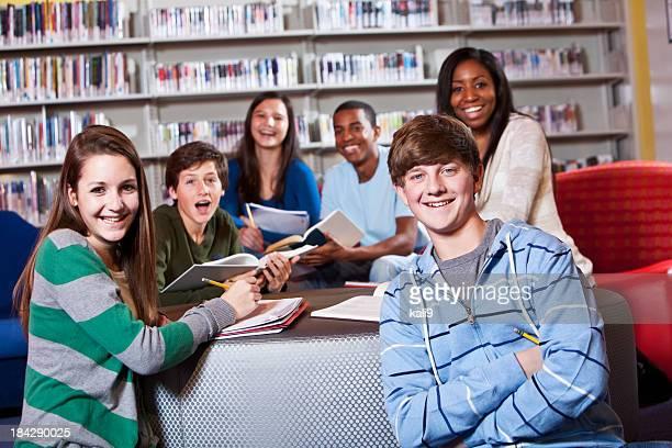 Gruppe von teenage Studenten in der Schule-Bibliothek