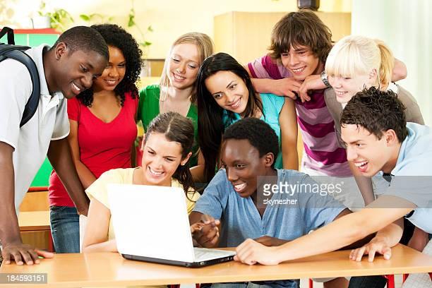 Groupe de jeunes étudiants travaillant sur l'ordinateur portable