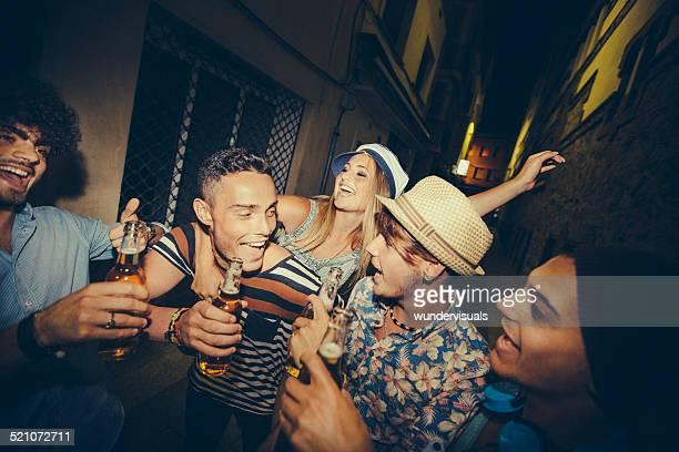 Grupo de adolescente amigos de fiesta juntos en la calle