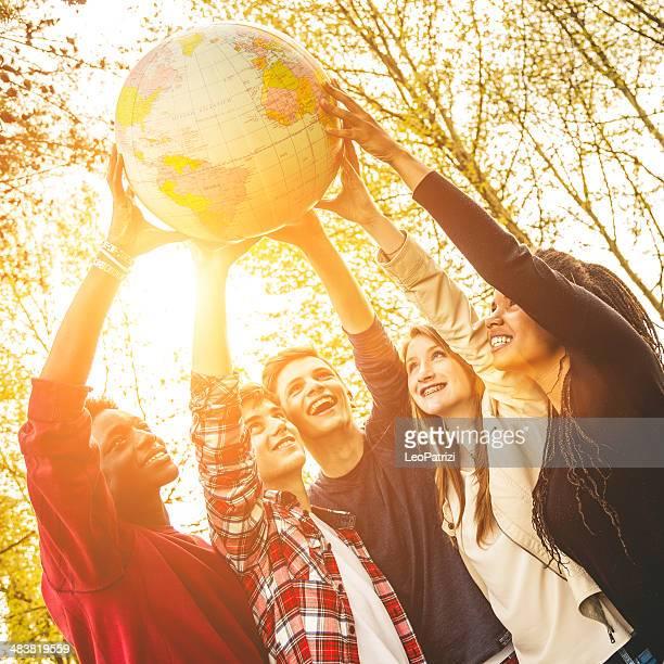 Gruppe von Teenagern, die eine Erde Globus