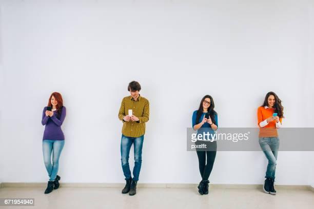 Groupe de textos d'adolescents dans une rangée