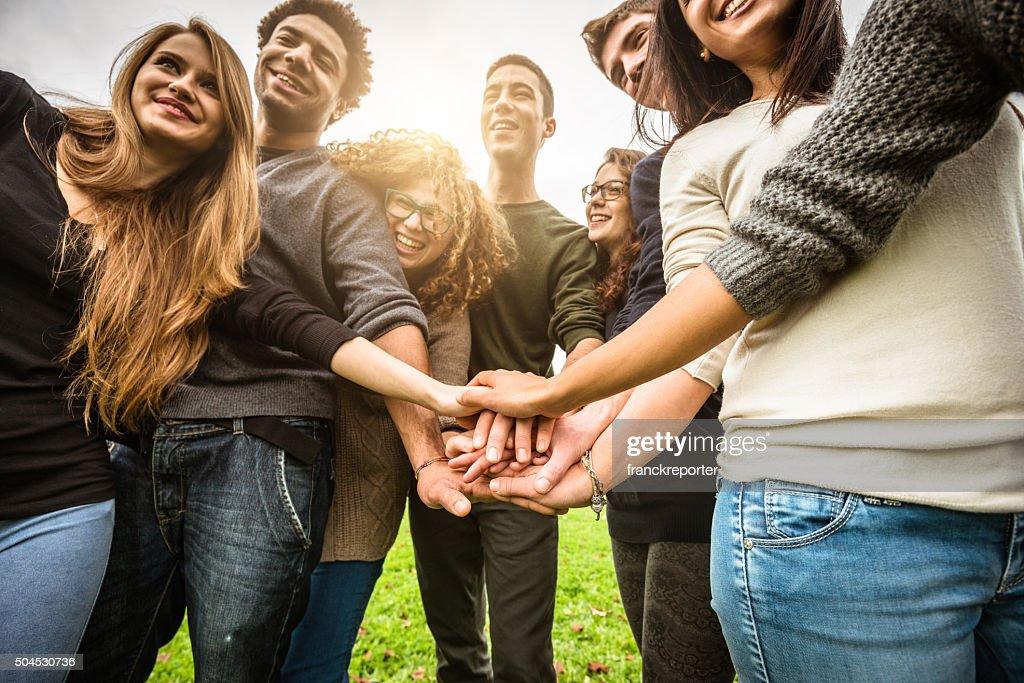 Gruppo di adolescenti felici di volontariato : Foto stock