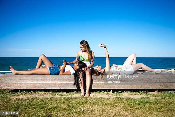 Gruppe der Teenager konzentriert sich auf smartphones im park