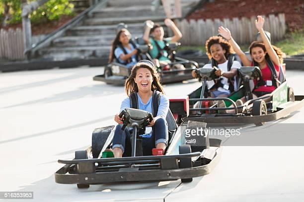 Groupe d'adolescents prendre des voiturettes à