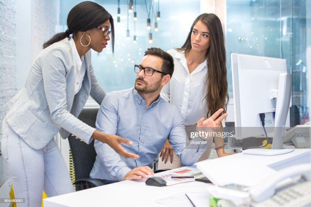 Groupe de trois hommes daffaires discuter certains document sur