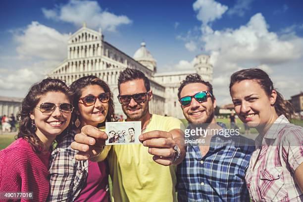 Gruppe von Touristen in Piazza dei Miracoli von Pisa