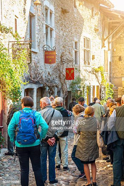 Gruppe von Touristen Besuchen Sie old french mittelalterlichen Dorf Perouges