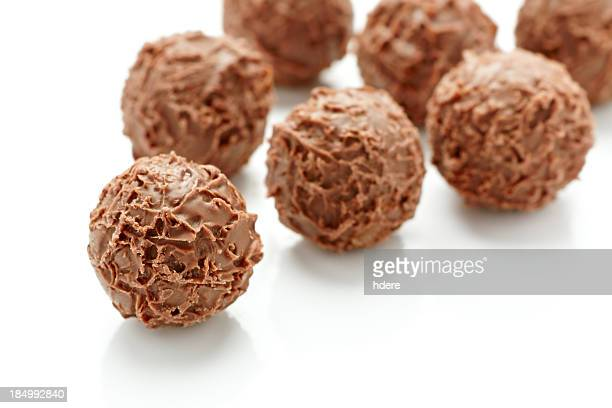 Gruppo di tartufi al cioccolato isolato su bianco