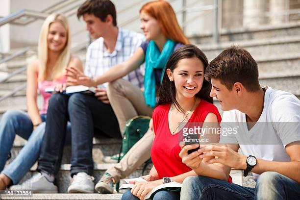 Gruppe von Studenten Entspannen im Freien