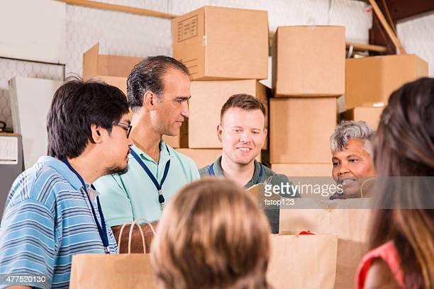 Gruppo di volontari fornire Prodotti per drogherie, donazioni ai bisognosi le famiglie. Di beneficenza.
