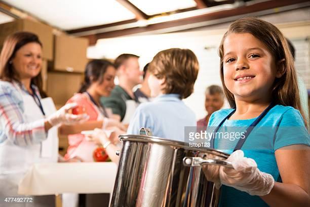 Groupe de bénévoles servir de la nourriture à la soupe de la cuisine. Œuvres caritatives.
